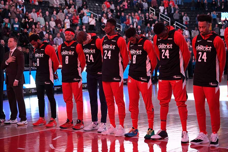 試合前のウォーミングアップで8番と24番の「BRYANT」と入った黒いジャージを着用したウィザーズの選手たち【写真:AP】