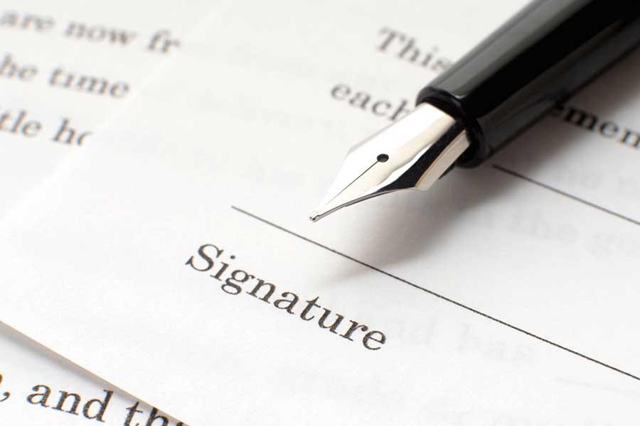 米国では部活参加において規則があり、生徒と保護者は誓約書にサインをし提出する(写真はイメージです)