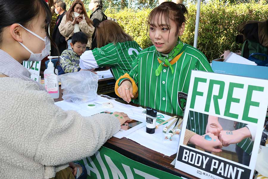 岩崎学園横浜fカレッジの学生たちが筆を持ち、無料ボディーペイントを行った【写真:宮内宏哉】