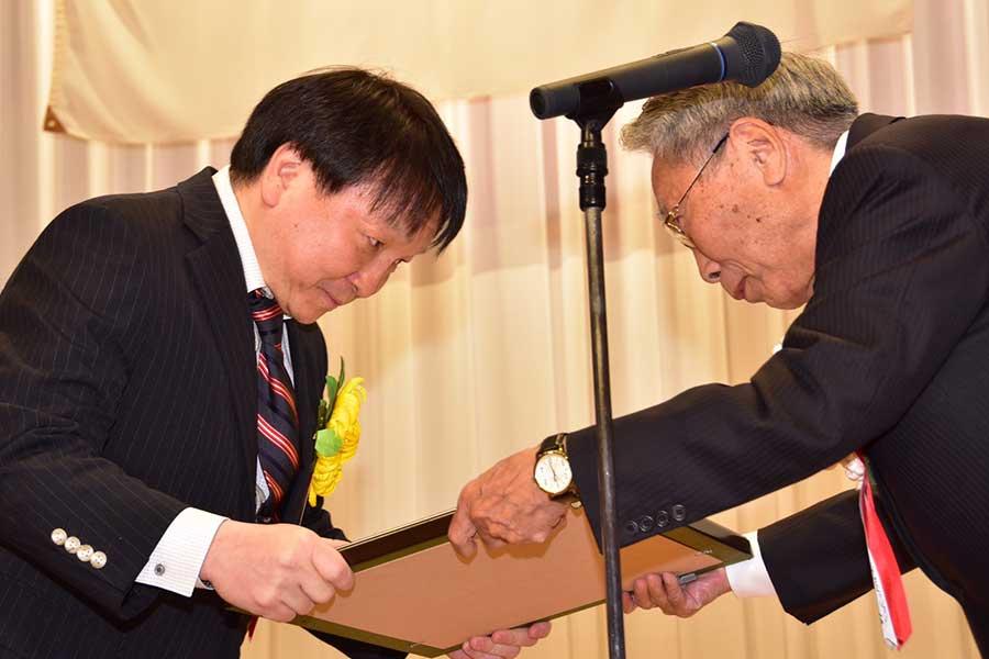 欠席した井上に代わって表彰状を受け取る大橋会長(左)【写真:石渡史暁】