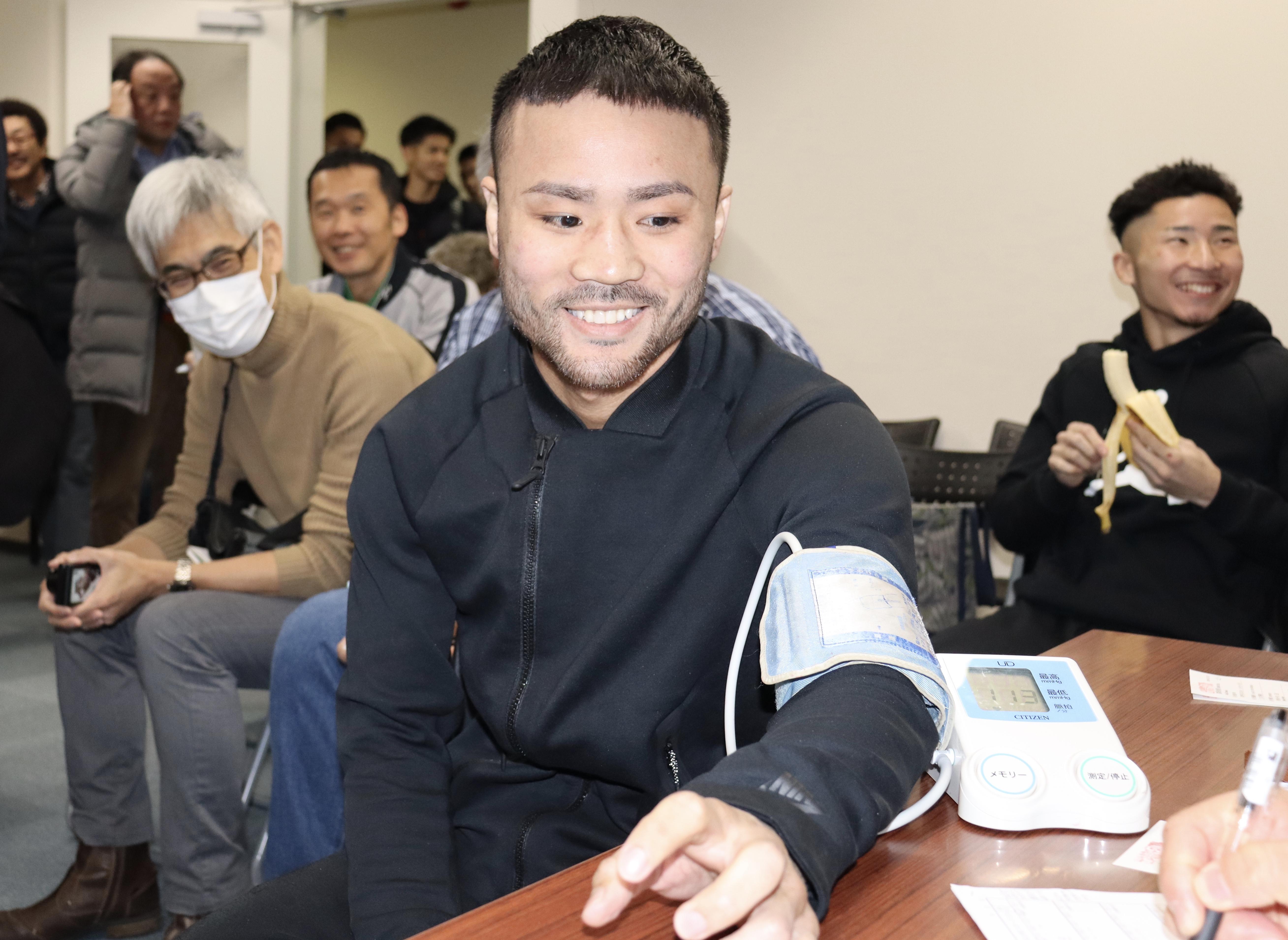 計量前の検診で笑顔を見せる比嘉大吾【写真:浜田洋平】