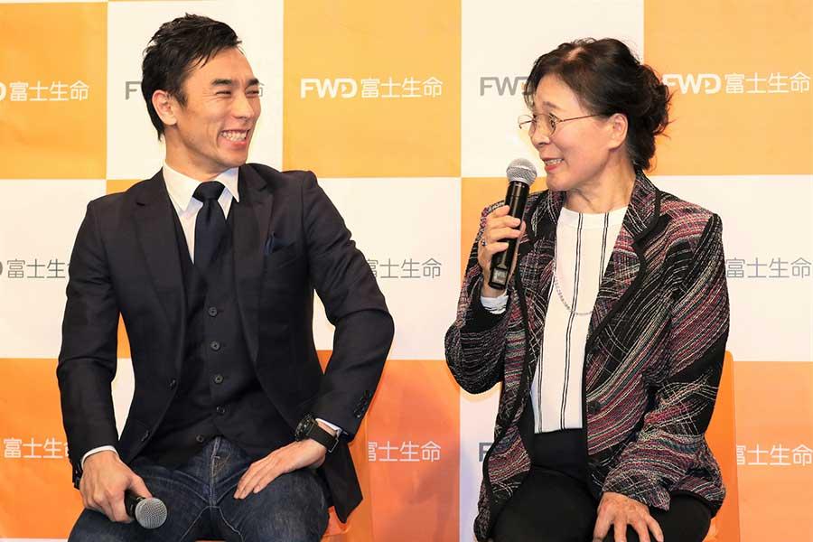 佐藤琢磨(左)と母・昭子さん【写真:編集部】
