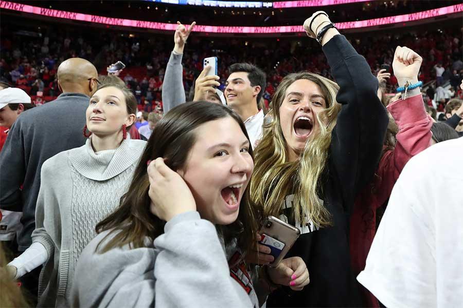 ノースカロライナ州立大対デューク大の試合後にコートになだれ込んだ観衆【写真:Getty Images】