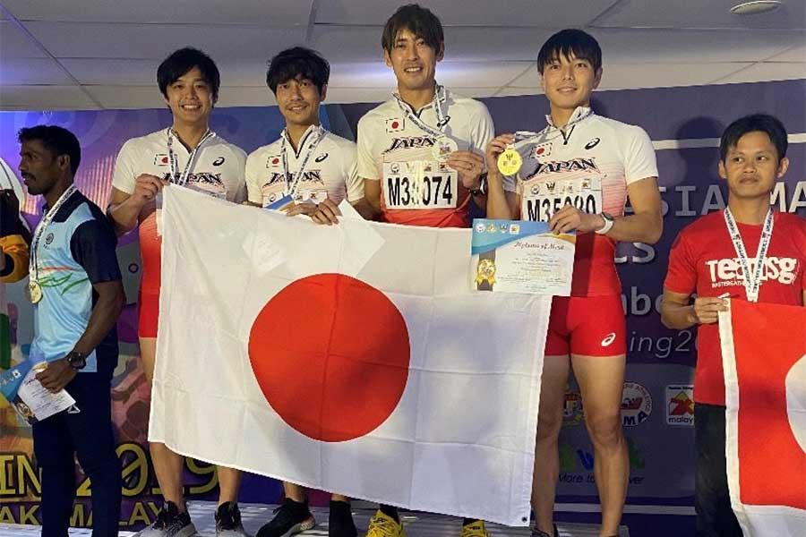 アジアマスターズ表彰式で笑顔を見せる(左から)裙本、伊藤、秋本、仁井【写真提供:伊藤友広】
