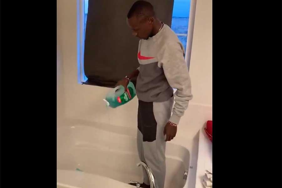 バスタブに風呂用洗剤を入れたかと思えば……(写真はNBC#TokyoOlympics公式ツイッターより)