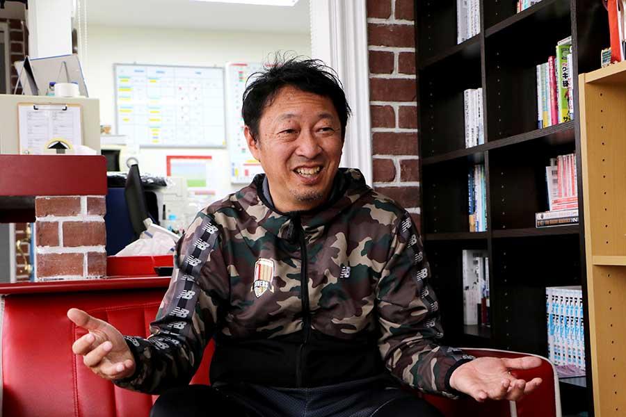幸野健一は保護者への分析映像や個々の面談などを実施し、最高のクラブ環境を目指している【写真:編集部】