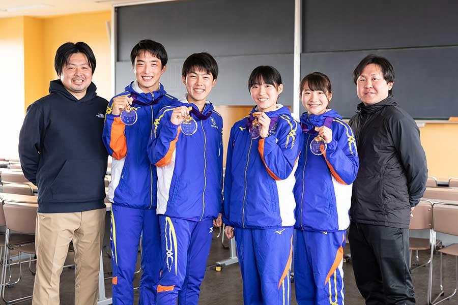 左から真名子圭・男子監督、白井勇佑(2年)、吉居駿恭(1年)、小海遥(2年)、米澤奈々香(1年)、釜石慶太・女子監督