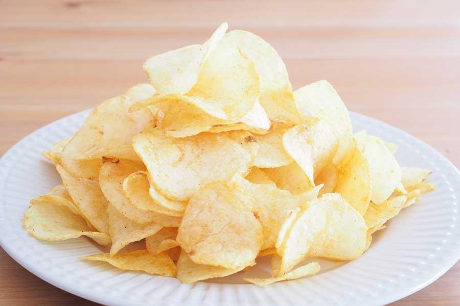 家にいることで間食が増えるかも…「油っぽいもの・しょっぱいもの・甘いもの」の摂り過ぎに注意
