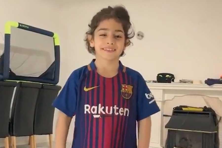 バルセロナのユニフォームを纏った6歳のホセイニくんが衝撃のゴラッソを決めた(写真は「ESPN」の公式インスタグラムより)