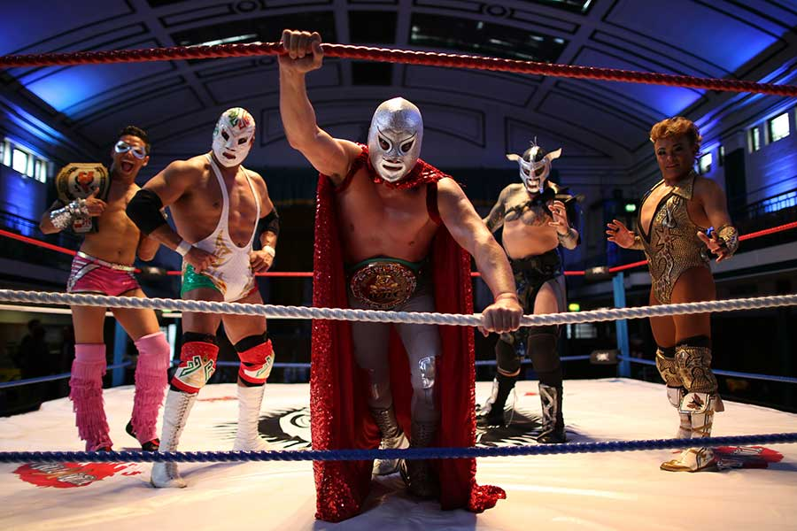 新型コロナ禍の中、メキシコでは覆面でお馴染みのプロレスラーがマスク作りに動き出した【写真:Getty Images】