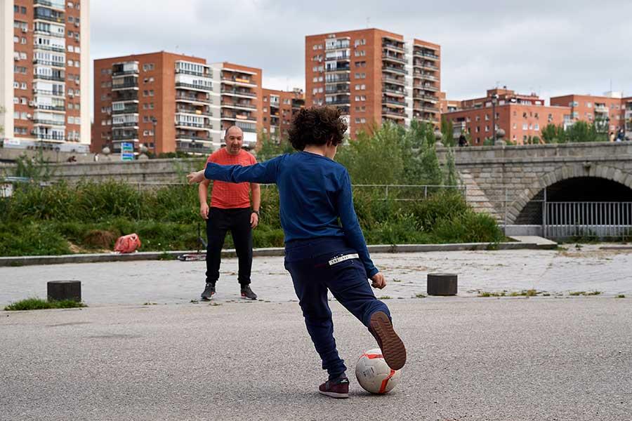 子どもたちが外で遊べない時だからこそ、親が近くで寄り添う必要がある【写真:Getty Images】