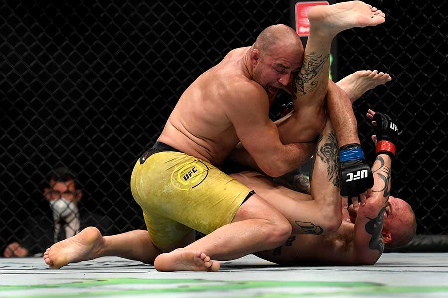 グローバー・テイシェイラ(左)はアンソニー・スミスを5回TKOで下した【写真:Getty Images】