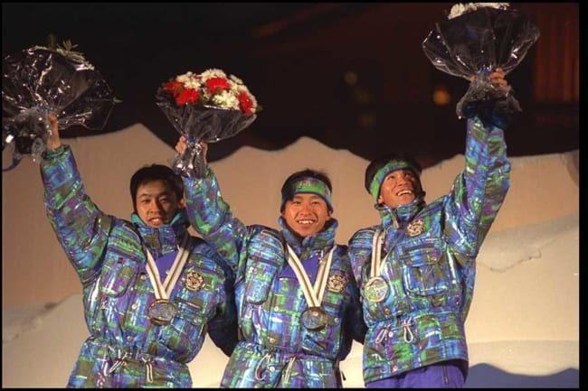 1992年アルベールビル五輪で金メダルを獲得した荻原氏(中央、左は三ヶ田礼一さん、右は河野孝典さん)【写真:Getty Images】