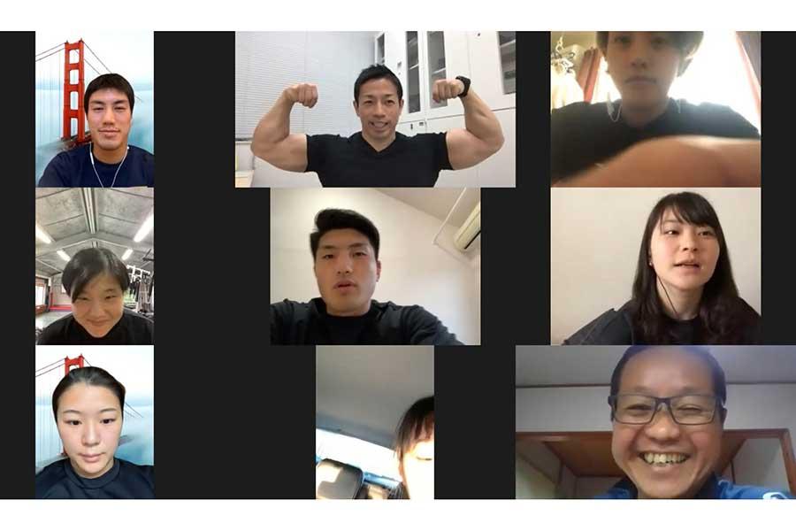 オンライン講座で代表選手らに講義を行った岡田氏(上の段中央)【写真提供:日本ボクシング連盟】