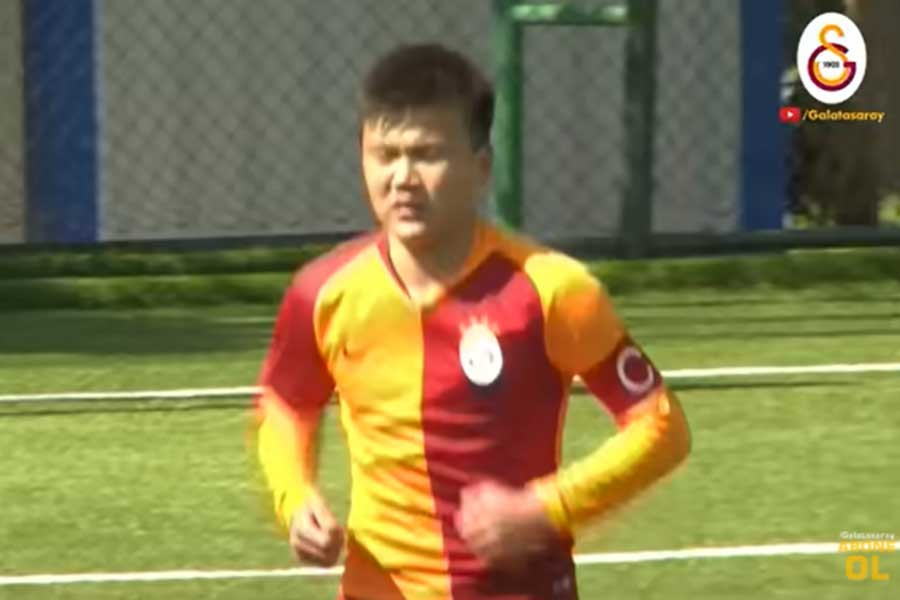 ガラタサライU-14でキャプテンを務めたベクナス・アルマズベコフのスポーツマンシップに称賛の声が上がった(写真はガラタサライ公式YouTubeより)