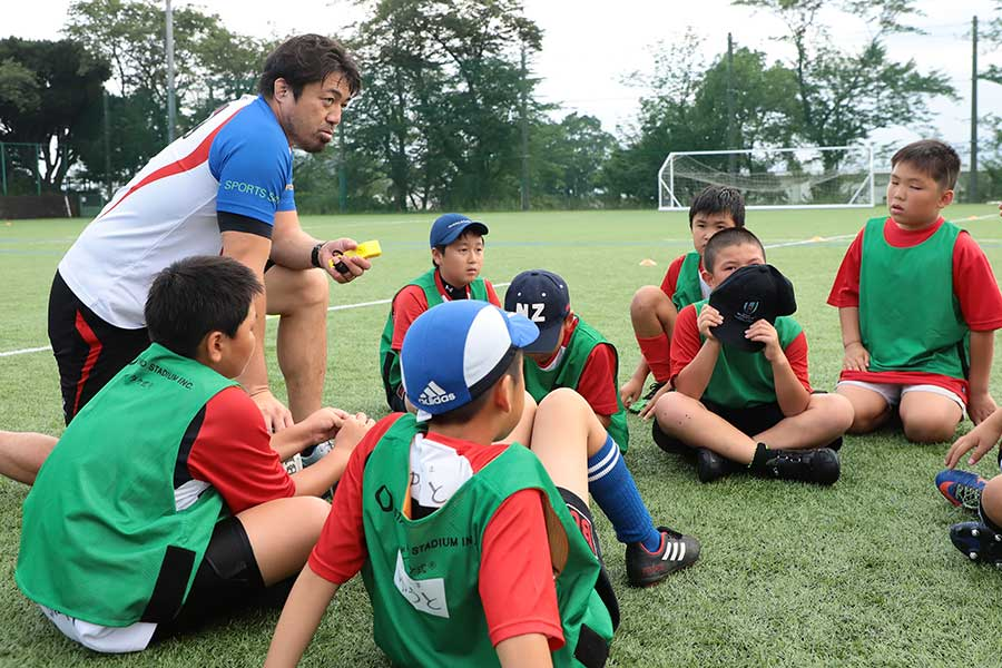 「BUラグビーアカデミー」で子供たちを指導する箕内拓郎氏(19年夏撮影)【写真:荒川祐史】