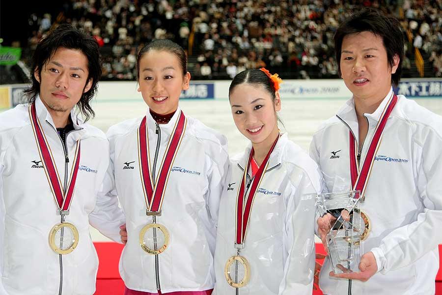 現役時代はトップ選手として活躍した中野友加里さん(左から3人目)が考える「フィギュアの価値」とは【写真:Getty Images】