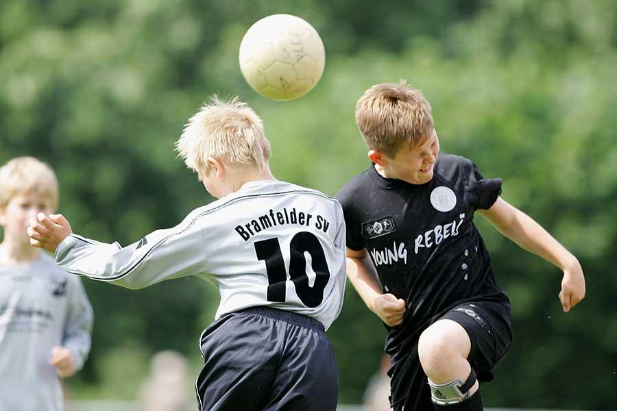 米サッカー協会は「10歳以下のヘディング禁止ルール」を設けている【写真:Getty Images】