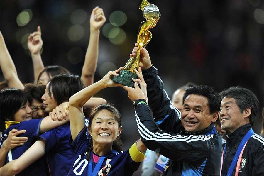 澤穂希(左)らとともに11年女子W杯を制した元サッカー女子日本代表監督・佐々木則夫氏【写真:Getty Images】