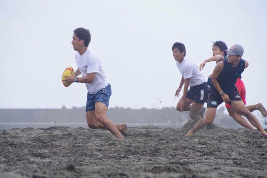 日本発祥のスポーツであるビーチラグビー【写真:高村真介さん提供】