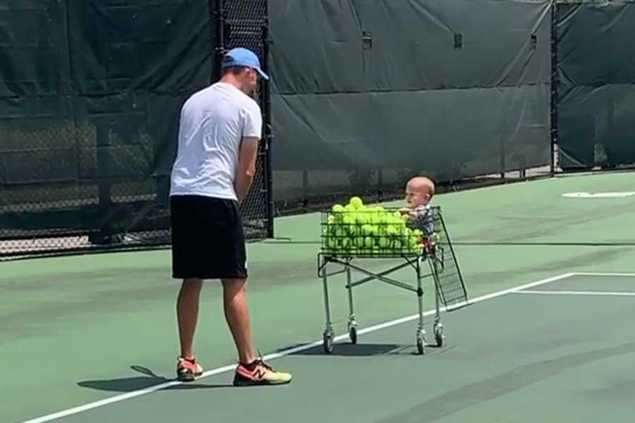 1歳のテニスコーチが可愛すぎると話題を呼んでいる(写真はアレクサンドラ・シュタムさんのインスタグラムより)
