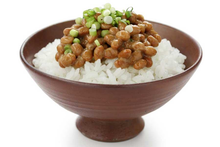 朝食はご飯+納豆など、糖質とたんぱく質をセットで摂るのがポイント