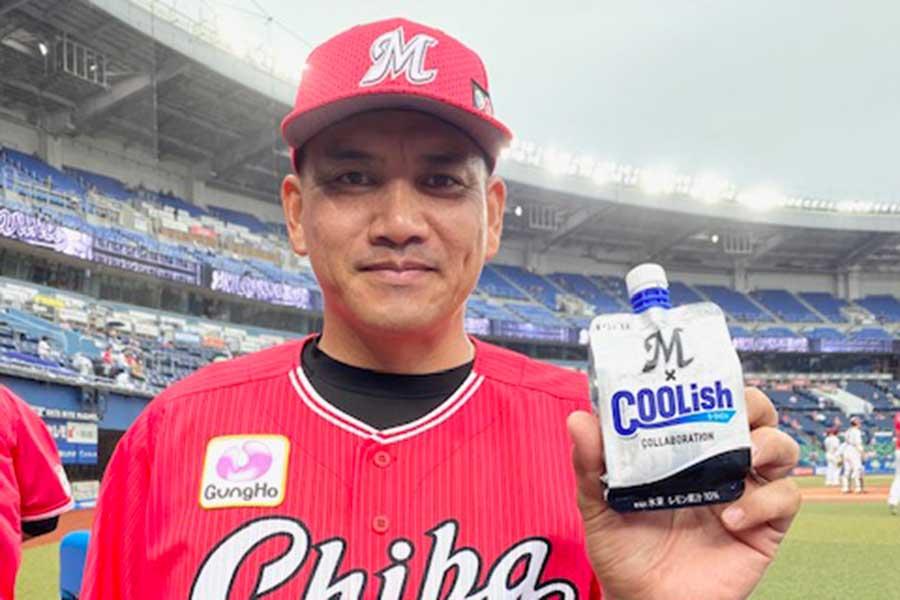 「Marines × COOLish」を手に持つロッテ・井口監督【写真:球団提供】
