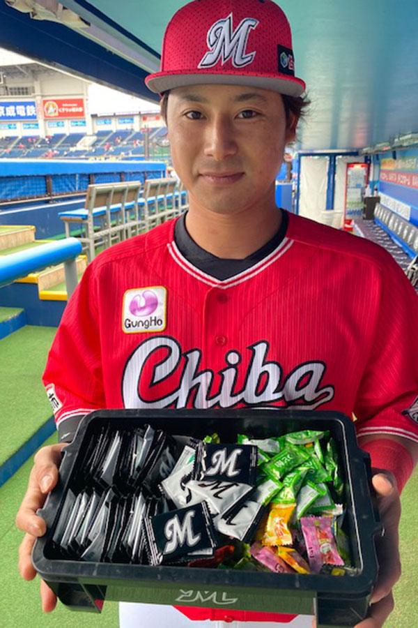専用BOXを手に持つ藤岡内野手【写真:球団提供】
