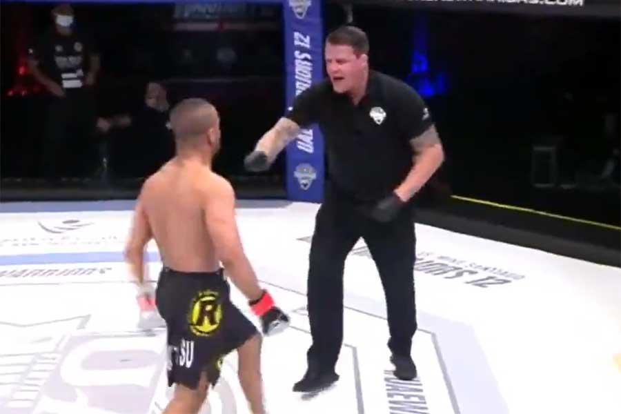 MMA選手(左)がレフェリーを攻撃し失格となった(画像はスクリーンショットです)