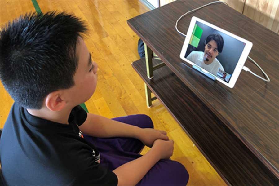 子どもたちは個人面談で渡邉氏のアドバイスを受け取った【写真:東日本大震災復興支援財団提供】