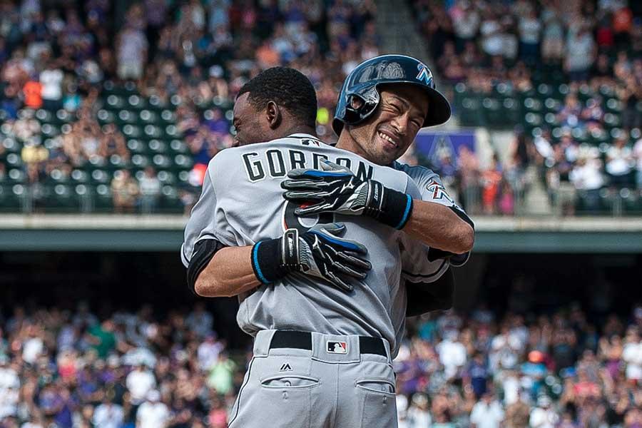 三塁ベース上でディー・ゴードンと抱擁を交わすイチロー氏【写真:Getty Images】