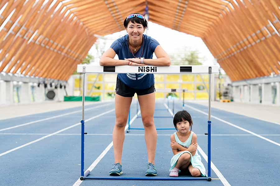 寺田明日香(左)が1児の母として5歳の娘・果緒ちゃんと戦う理由とは【写真:本人提供】