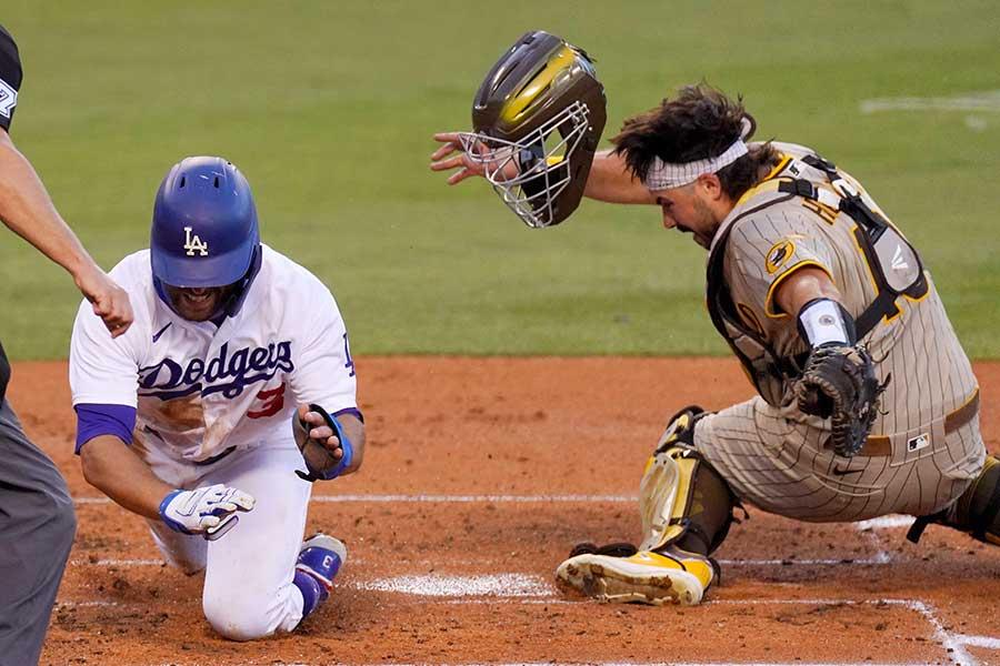 ドジャースのクリス・テーラー(左)の本塁突入シーンが米で議論を生んでいる【写真:AP】