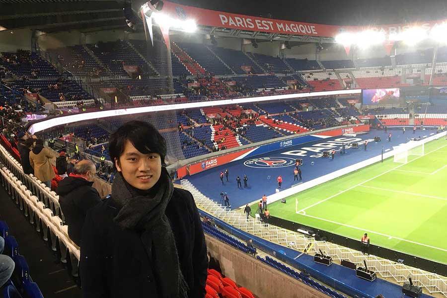 大学在籍中に多くのクラブを視察した塚本修太【写真:本人提供】