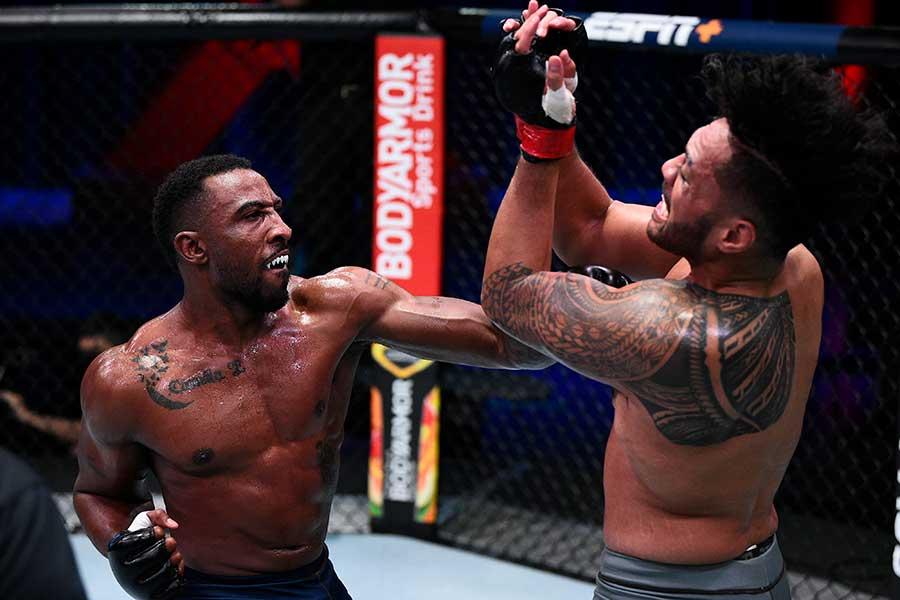 KO勝ちしたジェイミー・ピケット(左)【写真:Getty Images】