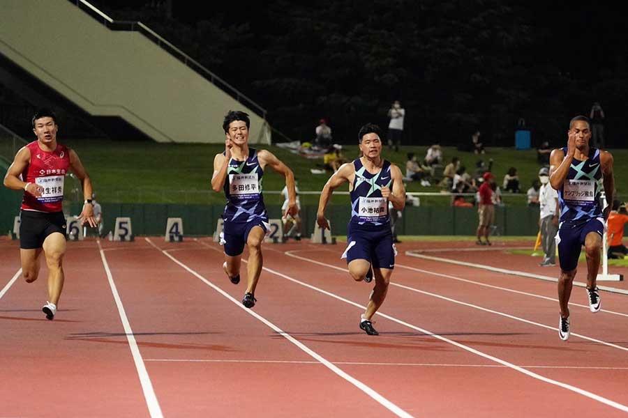男子100メートル決勝で10秒03と自己ベストを更新して優勝したケンブリッジ飛鳥(右)【写真:荒川祐史】