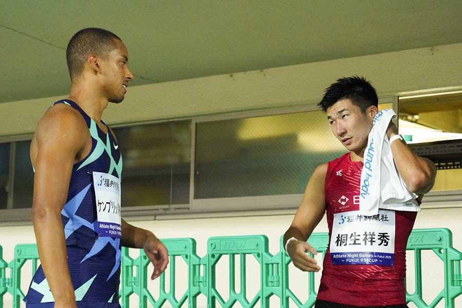 男子100メートル決勝で優勝したケンブリッジ飛鳥(左)と2位の桐生祥秀【写真:荒川祐史】