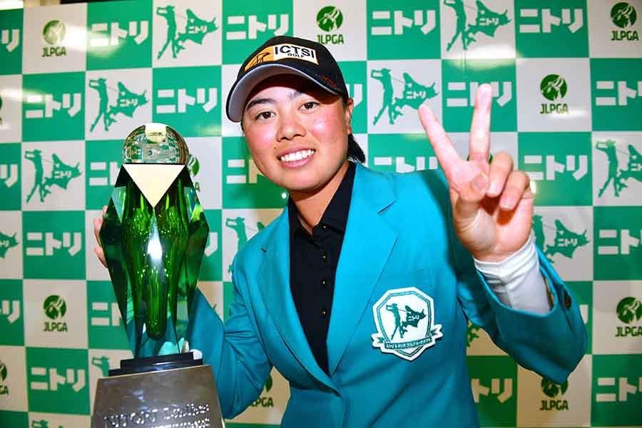 2戦連続優勝にVサインで笑顔の笹生優花【写真:Getty Images】