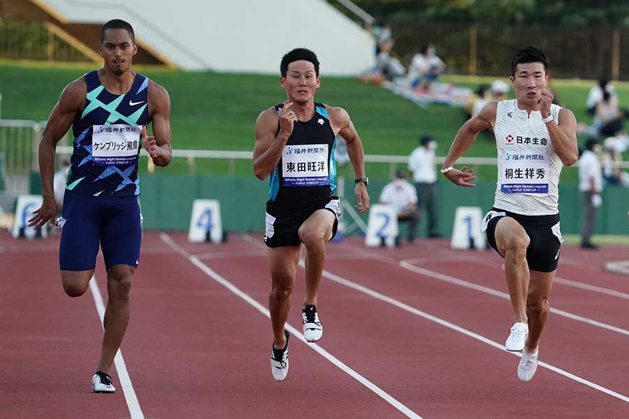 8月29日に行われた「アスリートナイトゲームズイン福井」の男子100メートルではケンブリッジ飛鳥(左)が優勝し、桐生祥秀が2位となった【写真:荒川祐史】