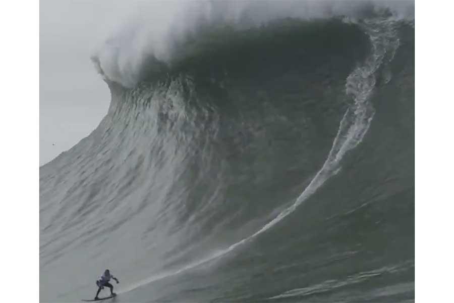 女性サーファーのマヤ・ガベイラさんが衝撃のギネス記録を作った(画像はギネスワールドレコード公式ツイッターより)