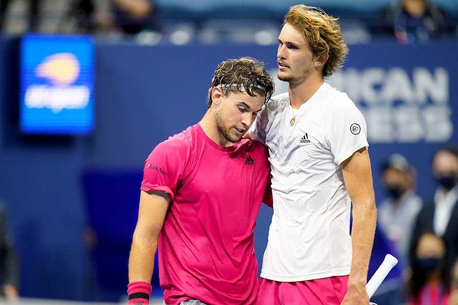 敗れたアレクサンダー・ズベレフ(右)は優勝したドミニク・ティエムを称賛した【写真:AP】