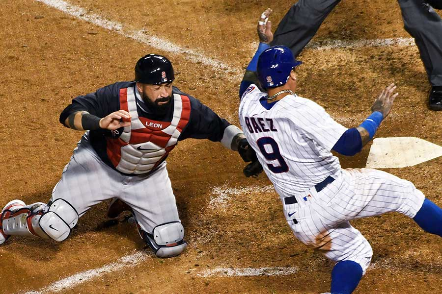 カブスのハビアー・バエズ(右)の神走塁が称賛を浴びている【写真:AP】