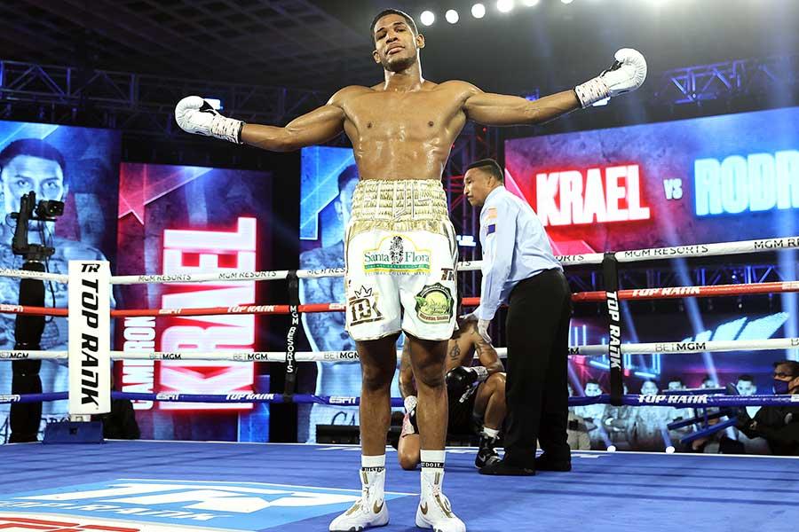 エルビス・ロドリゲスが3回KO勝ちを収めた【写真:Mikey Williams/Top Rank】