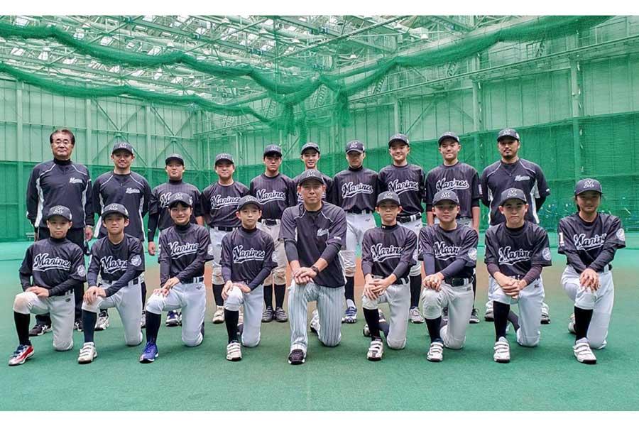 ↑「マリーンズ・ジュニア2020」のメンバーと監督・コーチ【写真:球団提供】