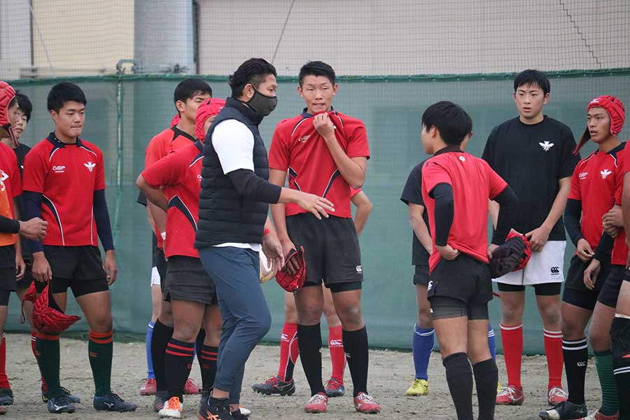 菊谷氏は練習中も選手にアドバイスの言葉を送った