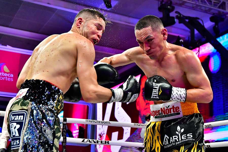 エストラーダ(右)がクアドラスに11回TKO勝ちをおさめた【写真:Getty Images】