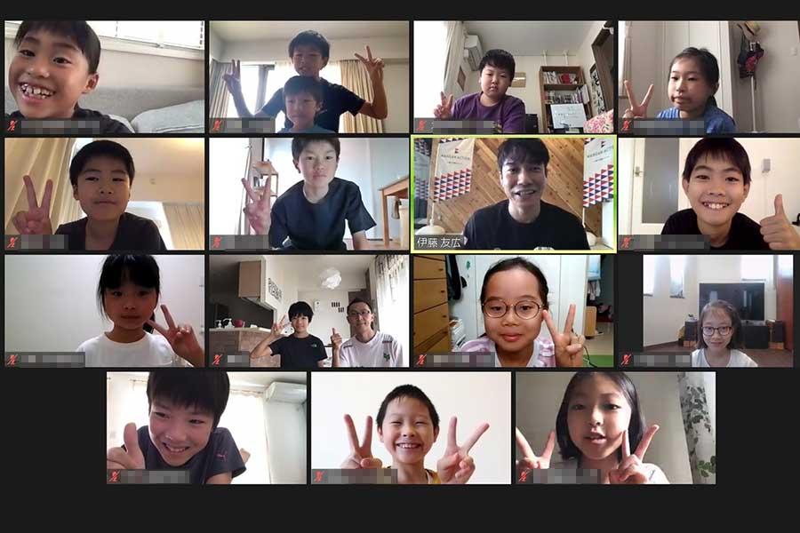伊藤友広さんとイベントに参加した子供たち
