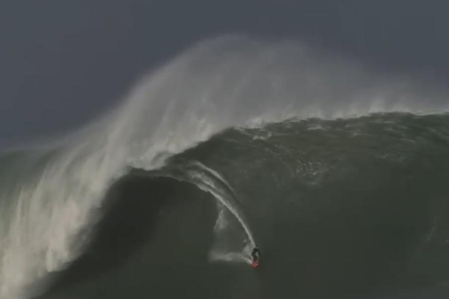 18メートル以上もある波を乗りこなす動画が話題になっている(写真はレッドブルのインスタグラムから)