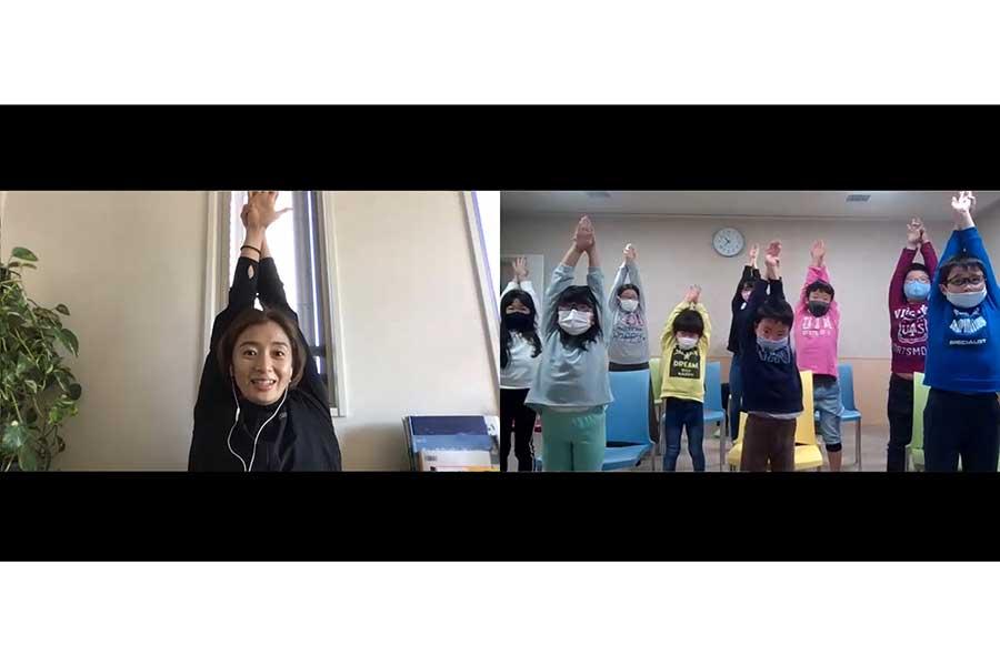 子供たちも画面上の伊藤さんに合わせて一緒に動いた【写真:編集部】