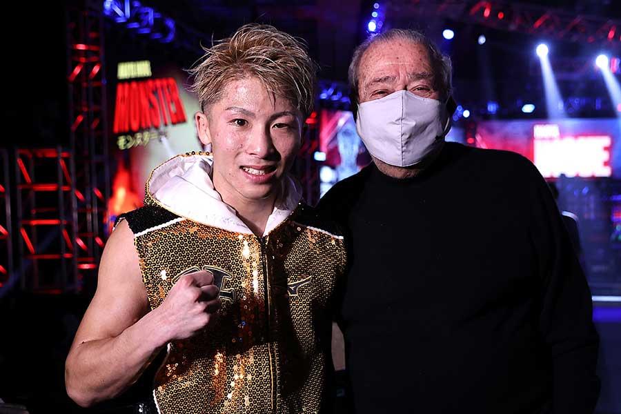 井上尚弥とトップランク社のボブ・アラムCEO(右)【写真:Getty Images】